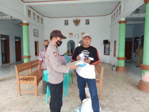Bantuan Sosial Kementerian MARVES dilaksanakan Polsek Balongan Berjalan Lancar