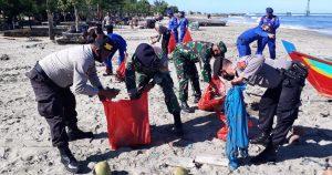 Peduli Sampah Plastik, Polairud dan Polres Abdya Lakukan Pembersihan di Kawasan Laut